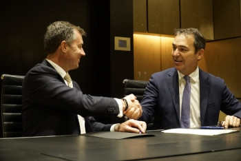 Michael Keenan and Steven Marshall shake hands after signing an agreement on myGovID.
