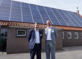 Redflow's Andrew Kempster with Dutch farmer Jan Borgman in front of barn covered with solar panels